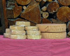 Fromages et bois (giorgiorodano46) Tags: agosto2007 august 2007 giorgiorodano anniviers valdanniviers valais vallese wallis suisse svizzera schweiz switzerland grimentz formaggio legna romandie suisseromande