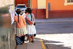 Poniendose al día (Gaby Fil Φ) Tags: perú sudamérica huamanga ayacucho trajestípicos culturaquechua sombreros sombrerosperuanos costumbres vestimentatípica