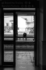 Stazioni... (Giacomo Pasca) Tags: stazioni ferrovie binari panchine porta bianconero monocromatico persone