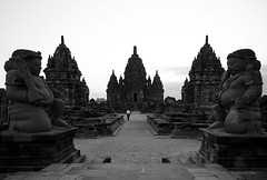 (cherco) Tags: alone solitario java indonesia temple templo perspectiva keepers guardianes composition composicion canon lonely silhouette solitary silueta sky station hindu blackandwhite blancoynegro perspective man human arquitectura architecture