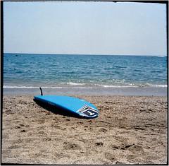 Surf-Pause (Ulla M.) Tags: surfboard roquetasdemar strand beach mittelmeer umphotoart andalusien spanien mittelformat 6x6 messgolf adox agfaoptima canoscan8800f balgenkamera selbstentwickelt selfdeveloped spain mediterraneansea foldingcamera ocean meer freihand analogue film ishootfilm