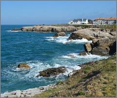 O Cartiño - Burela - Lugo (Luisa Gila Merino) Tags: lugo cantábrico litoral mariñalucense burela olas rocas urbanización airelibre marazul azul cieloazul paisaje