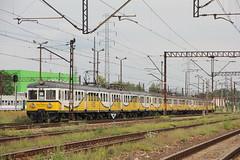 PR EN57-839 + EN57-970 + EN57-1039 , Wrocław Główny train station 06.08.2017 (szogun000) Tags: wrocław poland polska railroad railway rail pkp station wrocławgłówny ezt emu set electric en57 en57839 pr przewozyregionalne train pociąg поезд treno tren trem passenger special mr musicregio 831167 rockowyschabowy d29132 d29271 d29273 d29276 d29285 d29763 e30 e59 dolnośląskie dolnyśląsk lowersilesia canon canoneos550d canonefs18135mmf3556is