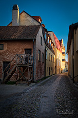 La touche finale/The final touch/Den sista behandling (Elf-8) Tags: sweden gotland visby architecture street medieval sunet