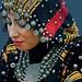 Vrouw met hoofddoek en sieraden