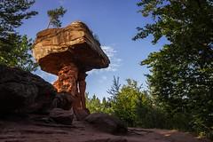 DevilsRock (GH#Photography) Tags: canon eos 600d sommer blau felsen exotisch roterfelsen outdoor abenteuer teufelstisch tisch sockel stein farben sand himmel wolken schatten goldenestunde bäume vegetation natur erlebniss