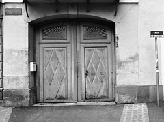 The Door (fs999) Tags: fs999 fschneider aficionados zinzins pentax 645 645n pentaxist pentaxian justpentax 6x45 film camera filmcamera 60x45 ashotadayorso topqualityimage topqualityimageonly artcafe pentaxart corel paintshoppro paintshoppro2018ultimate 2018ultimate colmar hautrhin alsace france rollei retro 80s retro80s rolleiretro80s 80iso blackwhite blackandwhite bw noirblanc noiretblanc nb blackwhitephotos caffenol cl stand home development epson perfection v500 scanner 3200dpi betterscanning pentaxfa64545mmf28ed fa45 45mm