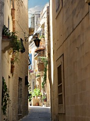 narrow alley in Rabat (Linda DV (away)) Tags: lindadevolder lumix geomapped geotagged travel europe malta 2017 mediterraneansea island northsightseeingtour ribbet