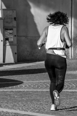 sprint (Clay Bass) Tags: 55200 spotorno ass bw fuji runner sea woman xt1