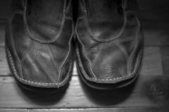 À pieds joints dans le quotidien (Bo No Bo) Tags: eos5d intérieur indoors noiretblanc blackandwhite pantoufles slippers cuir leather bois wood plancher floor boisfranc woodenfloor old vieux usé used usure