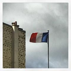 (baptisteflageul) Tags: drapeau flag minimalisme minimalism paris france bleublancrouge liberteegalitefraternite ciel sky skyporn nuages clouds cloudporn republiquefrancaise frenchrepublic symbol
