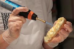 De mains de maître (Pi-F) Tags: paris france cuisine éclair crème fauchon patisserie main gaz couleur meringue brule flamme chalumeau travail pic citron gout luxe pièce feu femme chef