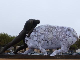 dans la brume matinale d'une belle journée d'automne j'ai vu ce couple étrange. Dans quelle ville? avec, si possible, quelques précisions sur cette œuvre Il s'agissait de La Force à Mont-de-Marsan, sculpture de Raoul Lamourdedieu.