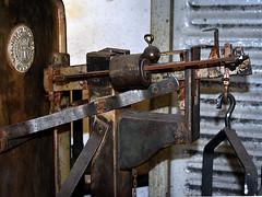 Weight mechanic (robárt shake) Tags: waage bremen weight old nostalgic historical dekoration kulisse wiegen messen kalkulieren mechanisch mechanical gestänge hebel metall holz rosty analog