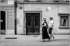 Monsieur dame, je vous salue ! (bertranddorel) Tags: rue street streetphoto bw blackandwhite noiretblanc homme femme man woman couple chapeau cap city urban blackwhitephotos