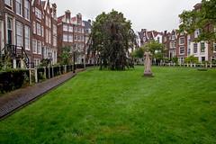 IMG_5532.jpg (Bri74) Tags: amsterdam architecture begijnhof holland netherlands plaza statue