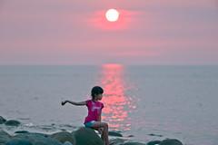 丟石頭 (lgf55555(基福)) Tags: 日落 海邊 丟石頭 小女生 紅衣