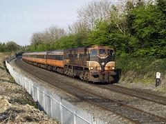 071 on 17:55 Heuston-Galway at MP9 26-Apr-07 (metrovick) Tags: irishrail iarnrodeireann ie071class mk2 brelmk2 railroad railway emd emdexportloco jt22cw stacumnybridge