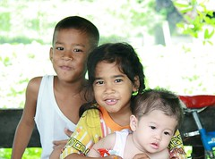 brother and sister with the baby (the foreign photographer - ฝรั่งถ่) Tags: brother sister baby three khlong thanon portraits bangkhen bangkok thailand canon kiss