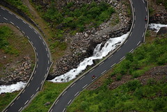 Tough bikers (DoctorMP) Tags: norwegia norway norge moreogromsdal góry lato summer mountains romsdal trollstigen droga road drabinatrolli biker rowerzysta rower bike cycling