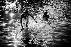 Les jours d'été (PaxaMik) Tags: été summertime summer étang lake lac france ain seyssel éclaboussures drops swimmer swimming water