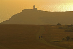 Correre verso la luce / Run to the Light (Beachy Head, East Sussex, United Kingdom) (AndreaPucci) Tags: beachyhead eastsussex uk sunset runners lighthouse thebelletout bedbreakfast cliffs chalk andreapucci canoneos60