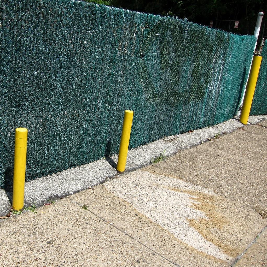 Rasenzaun Und Schusselpoller / Leaky Fence (bartholmy) Tags: Philadelphia  Pa Callowhill Zaun Fence