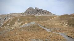 Les Becs de Bosson 3149 mètres et la cabane sur la gauche (bulbocode909) Tags: valais suisse grimentz becsdebosson valdanniviers valdhérens cabanedesbecsdebosson montagnes nature sentiers paysages pasdelona