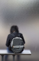 Arrêt de bus (Gerard Hermand) Tags: 1708179339 gerardhermand france paris canon eos5dmarkii formatportrait enfant child arrêt stop bus banc bench sac bag verre glass vitre pane dépoli frosted