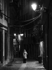 Alone (Francisco (PortoPortugal)) Tags: 2002017 20170223fpbo5047 monochrome bw bn bp pessoas people só alone noite night rua street porto portugal portografiaassociaçãofotográficadoporto franciscooliveira
