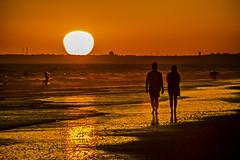 Nuestra anaranjada intimidad (Ignacio M. Jiménez) Tags: playa beach atardecer sunset seascape paisaje sol sun gente people naranja orange puntaumbria ignaciomjiménez huelva andalucia andalusia españa spain proyecto200desconocidos