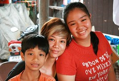 mother and children (the foreign photographer - ฝรั่งถ่) Tags: mother son daughter children egg lady khlong thanon portraits bangkhen bangkok thailand canon kiss
