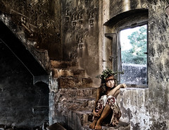 Hada doméstica (Cristina Sanjosé) Tags: hada abandonado abandoned rurlex ruralex decadencia fantasma duende