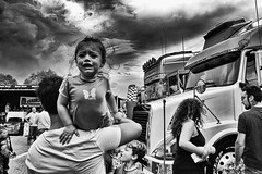 bimba che piange (eumag) Tags: child bimba bambiba pianto cry allaperto outdoor biancoenero blackandwhite nikon nikond3100 hdr nuvole nubi nuvola clouds cloud taranto puglia italia