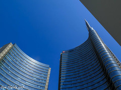 Curvy shapes in the sky (1) (Gian Floridia) Tags: milano piazzagaeaulenti agosto architecture architettura august azzurro blue cielo curvy forma grattacielo shape sinuosa sky skyscraper sole sun