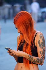 Tatuaje (Víctor M. Sastre) Tags: tatuaje tatoo chica girl gente personas people mujer woman pelirroja redhair móvil cell profundidaddecampo