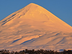 Volcán Llaima (Mono Andes) Tags: andes chile chilecentral regióndelaaraucanía volcán volcano volcanoe volcánllaima atardecer parquenacionalconguillío parquenacional araucaria