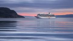 Lever du jour dans le fjord du Saguenay en automne (gaudreaultnormand) Tags: bateaudecroisière canada fjord leverdesoleil lumière quebec saguenay sunrise vague eau baie bateau ciel