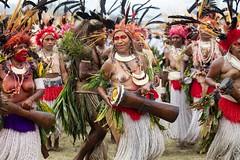 large group women (kthustler) Tags: goroka singsing papuanewguinea tribes huliwigmen mudmen