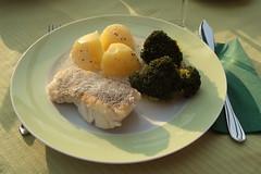 Auf der Haut gebratenes Seehechtfilet mit Senfsoße zu Kartoffeln und Broccoli (mein 1. Teller) (multipel_bleiben) Tags: essen zugastbeifreunden fisch gemüse sose kartoffeln