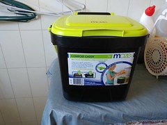 23Sep17 New Cat litter container. I saw a thing where you keep a small covered bin next to the litter box and scoop the yucky stuff into it, then once a week take the whole bag to the trash. It works great. No more trying to squat and fill a small bag. #l