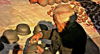 NEPAL , Bhaktapur, Tempel , Pagoden usw. , alte Frau am Töpfermarkt und - handwerk, (serie) 16457/8776