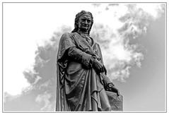 Issac Newton (Myrialejean) Tags: newton isaacnewton physics motion gravity grantham statue