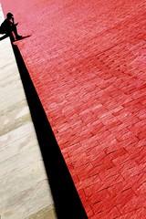 Il pensatore (meghimeg) Tags: 2017 savona uomo man pensatore thinking piastrelle tiles rosso red royo rot prospettiva linee geometrico geometry