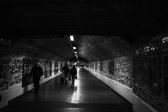 Pasillo Underground (Garimba Rekords) Tags: bn blancoynegro monocromático londres london england inglaterra uk subway underground metro pasillo