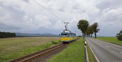 Langs de kant van de weg by Tim Boric - De Thüringerwaldbahn bij Leina. Eén van de uit Mannheim afkomstige Düwagtrams met lagevloer-middenbak keert als Sonderfahrt terug naar Gotha, gevolgd door onweersbuien  Thüringerwaldbahn near Leina. One of the ex-Mannheim Düwag trams with low-floor section returns to Gotha as a special working, followed by thunderstorms