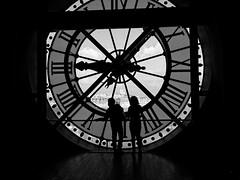 Silhouettes devant l'horloge du musée d'Orsay (Livith Muse) Tags: horloge silhouette nb paris îledefrance france fra orsay musée montmartre sacrécoeur panasonic20mmf17ii lumixg20f17ii 20mm panasonic lumix gx7 bw noiretblanc blackandwhite mirrorless μ43 micro43
