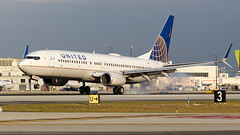 United 737-800 Landing. (spencer.wilmot) Tags: n37281 0281 737 738 b737 b738 737800 737ng boeing touchdown winglets ua ual uaual unitedairlines united mia kmia miami florida aviation aircraft airplane airliner airport airside arrival apron approach commercialaviation civilaviation passengerjet evening eveninglight ils jet jetliner landing plane ramp runway taxiway twin etops scimitar