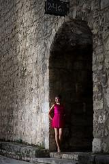 Esperando (saezfernandezfotografia) Tags: mujer woman retrato portrait piedra stone vestido dress mirada look