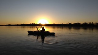 grupo OBSERVAS- Rio Araguaia. Teste caiaque. Agora testar a canoa canadense da companhia de conoagem.